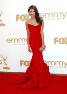 Rød aften kjole på tæppet