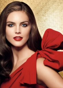 Den rigtige aften make-up under en rød kjole