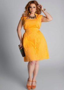 Keltainen mekko koko iltaan
