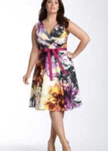 Vestit elegant de color curt i de grans dimensions