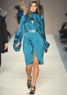 Vestit curt elegant de setí blau de grans dimensions