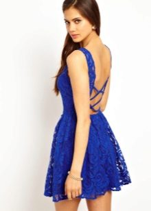 Blue short dress na may bukas na likod