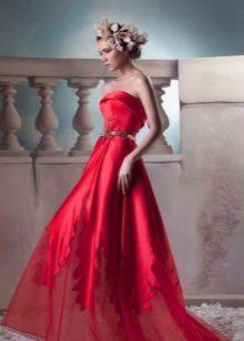 Vestido de noite vermelho com um espartilho