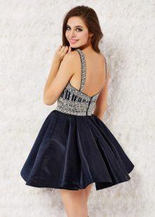 vestido curto com um espartilho