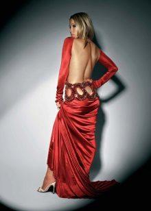 Vestido vermelho no chão com as costas abertas