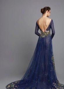 Vestido de noite azul com as costas abertas