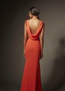 Vestido vermelho de noite com as costas abertas