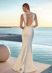 Vestido de noite branco com uma inserção transparente