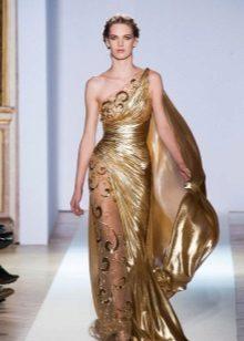 De avondjurk in de Griekse stijl is goudkleurig