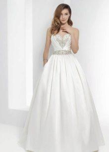 Esküvői bolyhos ruha strasszokkal