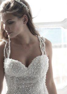 Esküvői ruha gyöngyökkel a fűzőn