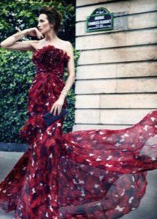 Burgundinen mekko, jossa on painettu