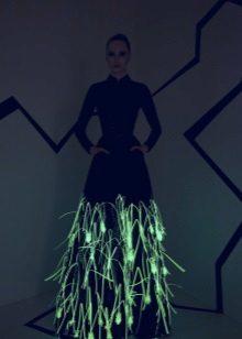 Vestit de nit brillant a la foscor