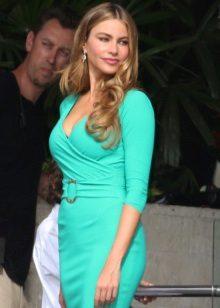 Vestido turquesa com mangas de comprimento médio