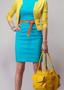 Vestido turquesa com um cardigã amarelo e uma bolsa amarela