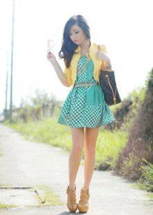 Sandálias amarelas e uma jaqueta para um vestido turquesa