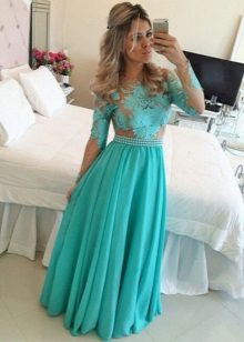 Vestido de noite longo de cor turquesa com renda