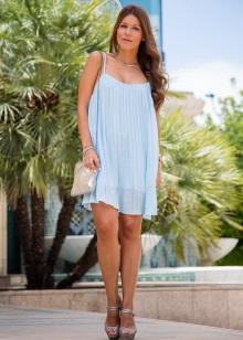 Blå kjole med grå sandaler