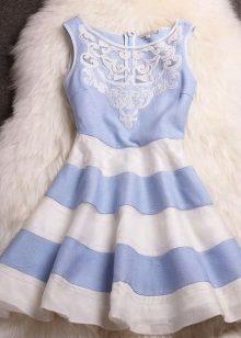 Blå og hvid kjole