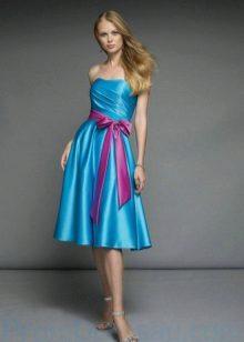 Roze riem tot blauwe jurk