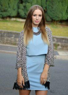 Blauwe jurk in combinatie met grijs