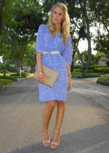 Vestido azul com acessórios cinza