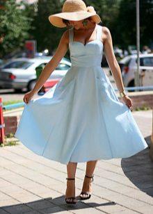 Delicate schaduw van blauwe jurk