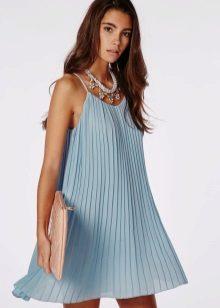 Accessoires onder de blauwe jurk