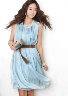 Acessórios sob o vestido azul