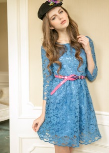 Roze bandje aan de blauwe jurk