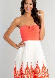 Korallivärinen mekko yhdessä valkoisen kanssa