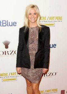 Orta boy leopar giysili Reese Witherspoon