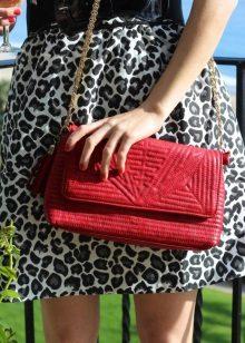 Leopar elbise için kırmızı manikür