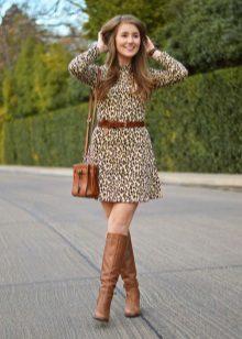 Kahverengi bot ve leopar elbise için aksesuarlar