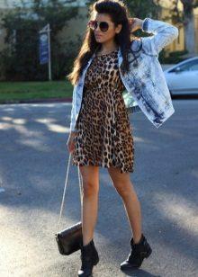 Leopar elbise için kot ceket ve siyah çizmeler