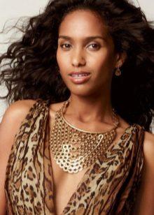 Leopar elbise ve ona altın takı