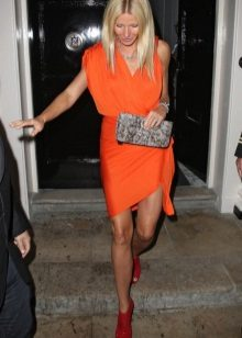 Orange dress at sapatos sa kanya