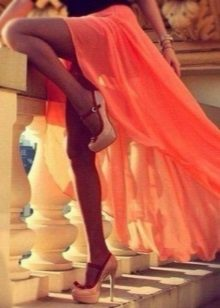 Odpovídající oranžové šaty