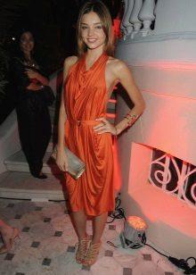 Oranžové šaty střední délky