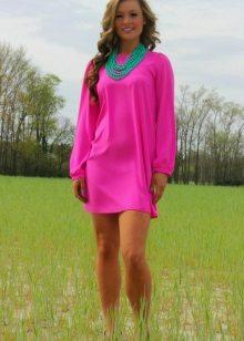 Green beads to a fuchsia dress