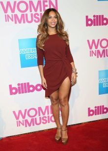 Laulaja Beyoncé Marsala-mekossa
