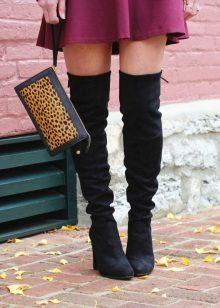Musta väri yhdessä Marsala-värin kanssa vaatteissa