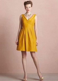 Collar-beads to a mustard dress