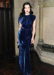 Koyu mavi kadife elbiseyle Dita Von Teese