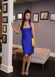 Derin bir yaka ile koyu mavi kılıf elbise