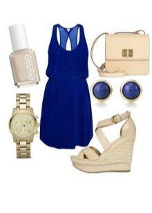 Koyu mavi elbiseye bej sandaletler ve bej aksesuarlar