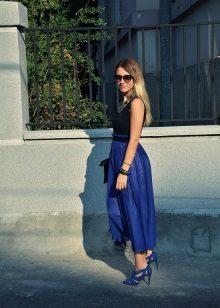 Koyu mavi elbiseye mavi sandaletler