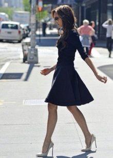 Orta uzunlukta kabarık etekli koyu mavi elbise