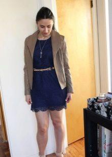 Bej deri ceket ile lacivert dantel elbise