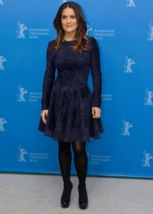 Koyu mavi elbiseye siyah ılık tayt